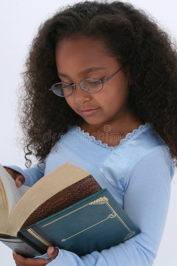 Beaux six ans dans livre de Readign en verre le grand images stock