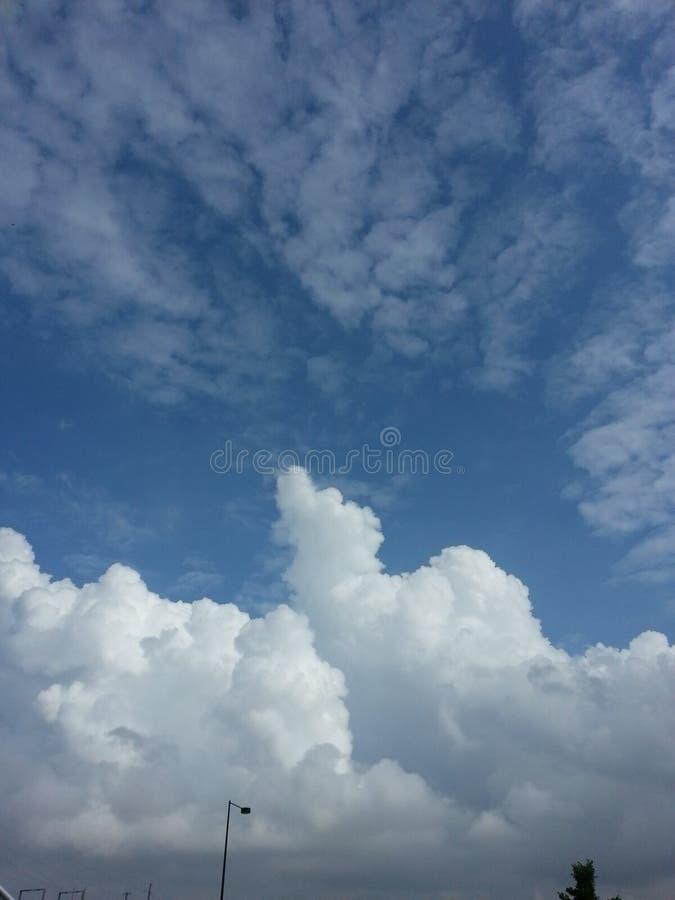 Beaux skys avec des nuages photographie stock