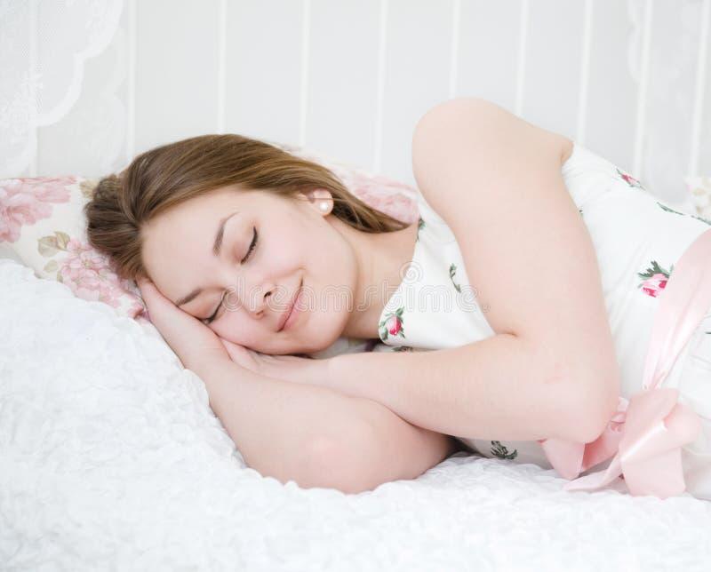 Beaux sommeils de fille images stock