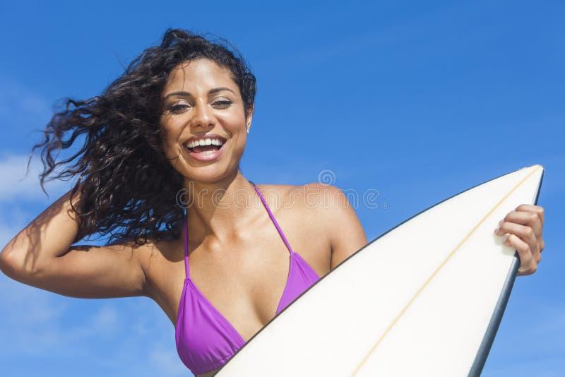 Beaux surfer de fille de femme de bikini et plage de planche de surf images libres de droits