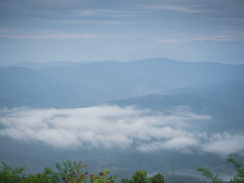 Beaux temps nuageux en montagnes, nuageux et brouillard image stock