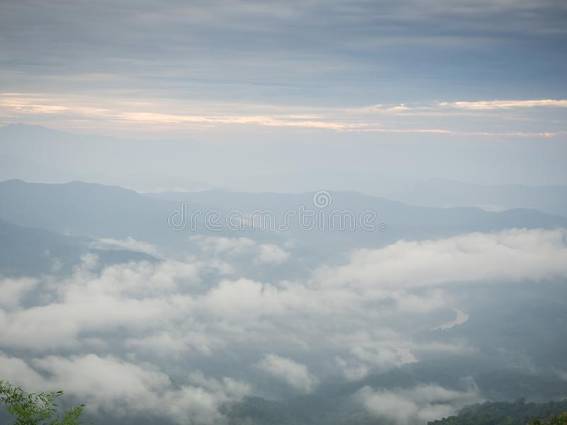 Beaux temps nuageux en montagnes, nuageux et brouillard images libres de droits