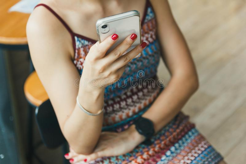 Beaux textes de fille sur son smartphone photographie stock libre de droits
