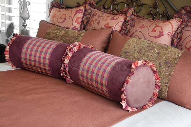 Beaux textiles et literie de chambre à coucher. images stock
