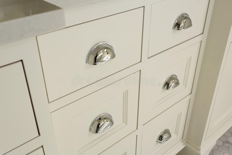 Beaux tiroirs dans la salle de bains principale classieuse photographie stock