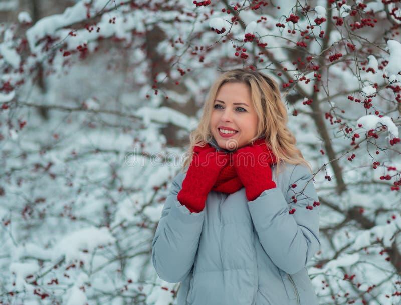 Beaux vêtements blonds d'hiver de la fille i de cheveux bouclés dehors images stock