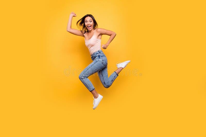 Beaux vêtements modernes d'été de taille du corps de vue d'adolescent actif à la mode énergique assez de l'adolescence espiègle i images libres de droits