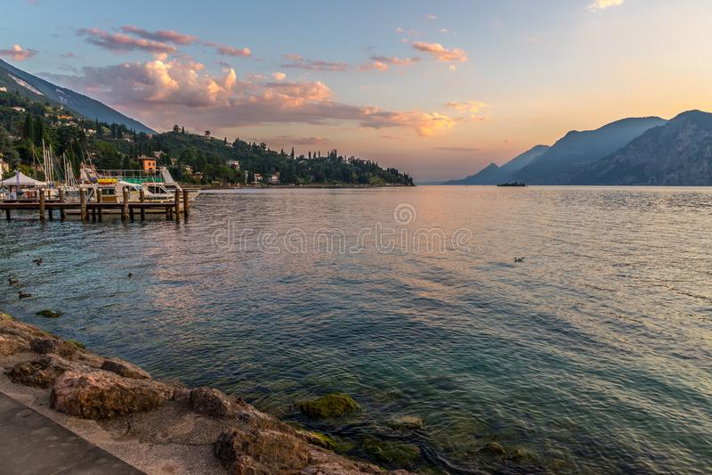 Beaux vacances et coucher du soleil chez lago di garda, Italie photos stock
