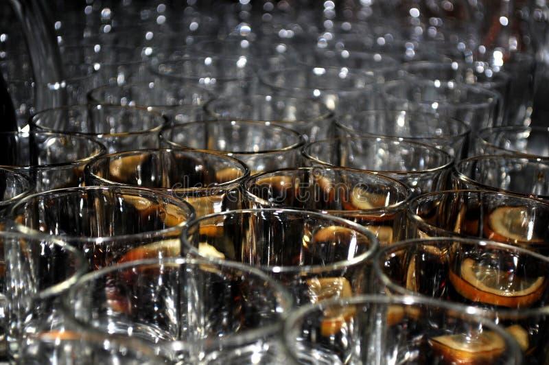 Beaux verres avec une tranche de citron et de bitter photo libre de droits