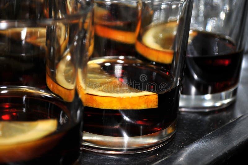 Beaux verres avec une tranche de citron et de bitter images stock