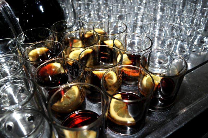 Beaux verres avec une tranche de citron et de bitter image stock