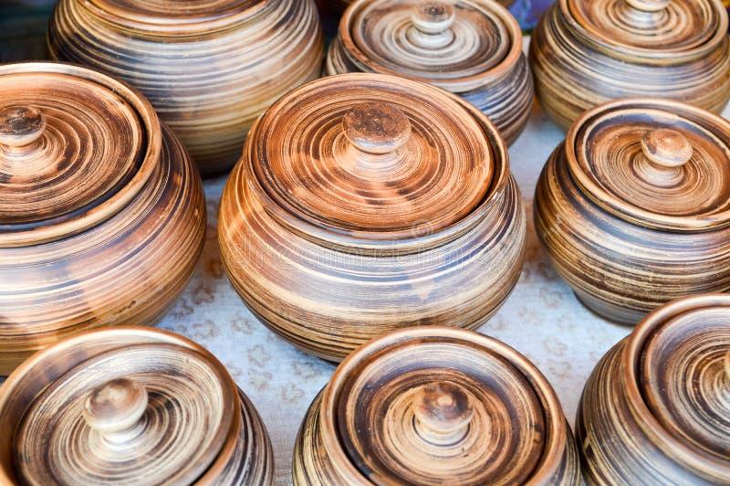 Beaux vieux appareils de cuisine de poterie traditionnelle naturelle d'argile, plats, cruches, vases, pots, tasses Le fond photos stock