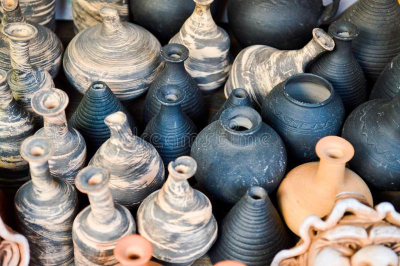 Beaux vieux appareils de cuisine de poterie traditionnelle naturelle d'argile, plats, cruches, vases, pots, tasses Le fond image libre de droits