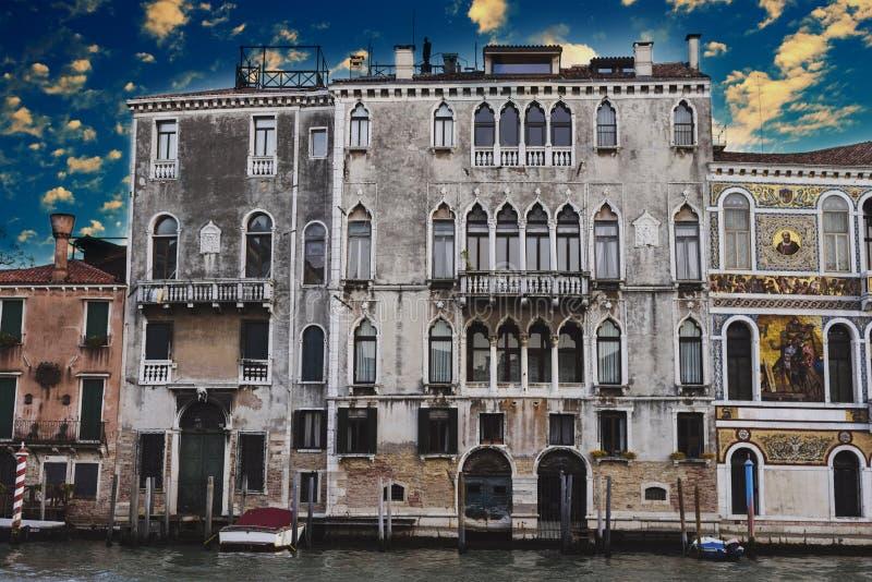 Beaux vieux bâtiments dans Grand Canal à Venise photographie stock libre de droits