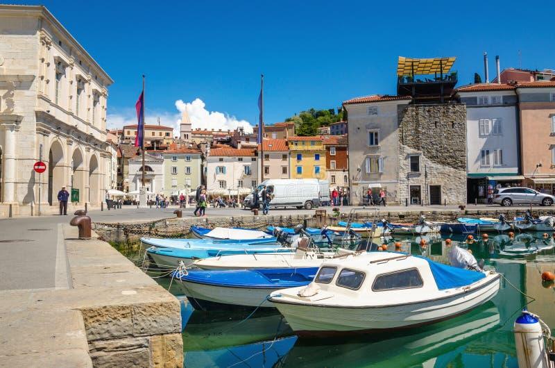 Beaux vieux bâtiments et bateaux dans le port, Piran, Slovénie photos libres de droits