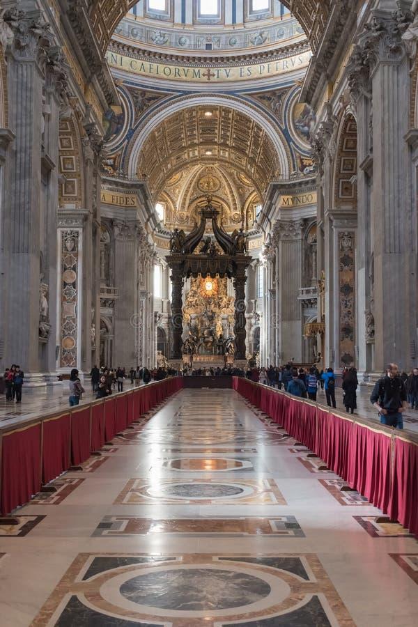 Beaux vieux hublots à Rome (Italie) 4 décembre 2017 : Intérieur de basilique du ` s de St Peter image libre de droits
