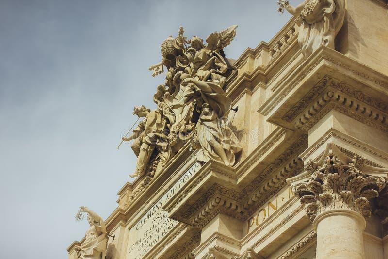 Beaux vieux hublots à Rome (Italie) Petit groupe architectural de Fontana célèbre di Trevi images libres de droits