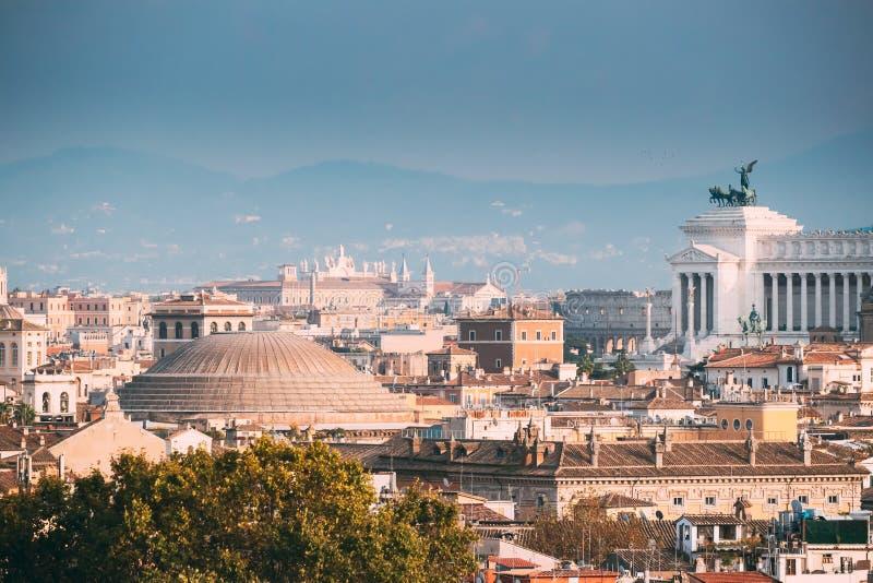Beaux vieux hublots à Rome (Italie) Toit en pente de Panthéon et de paysage urbain de ville photo stock
