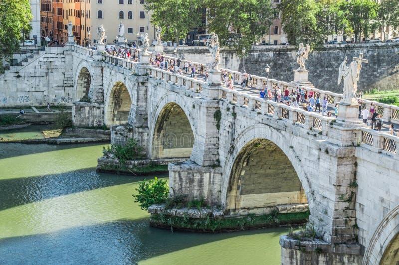 Beaux vieux hublots à Rome (Italie) Vue de ` Angelo de Castel Sant sur le ` Angelo Bridge de Sant et des eaux vertes du Ti photo stock