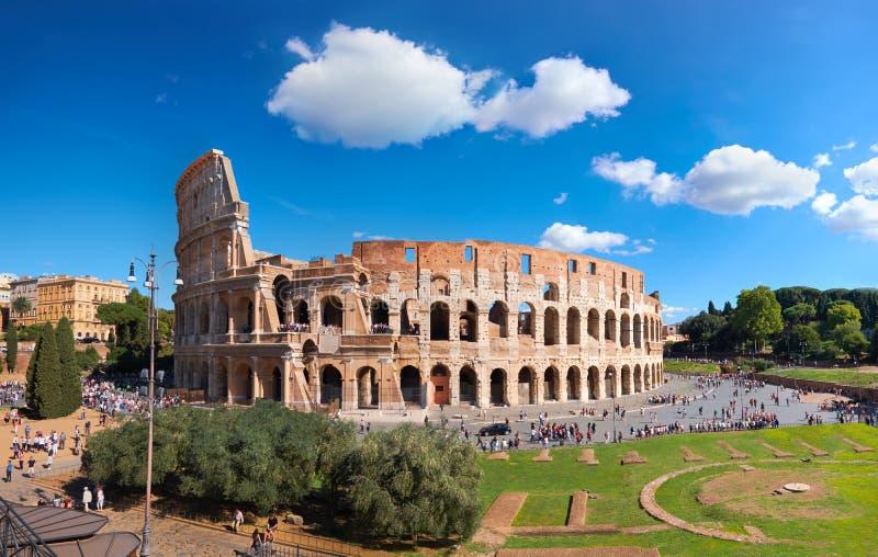 Beaux vieux hublots à Rome (Italie) Vue de Colosseum de la colline de Palatine sur un ensoleillé photographie stock libre de droits