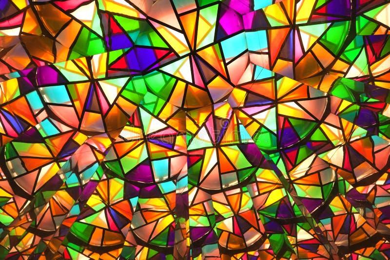 Beaux vitraux colorés avec les morceaux asymetric photographie stock