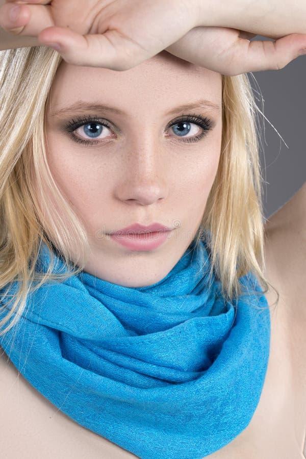 Beaux yeux bleus de cheveu blond photo stock