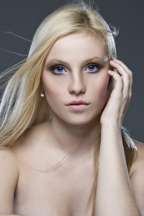 Beaux yeux bleus de cheveu blond image stock