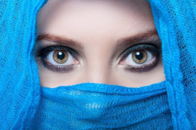 Beaux yeux femelles regardant au-dessus de son voile photos stock