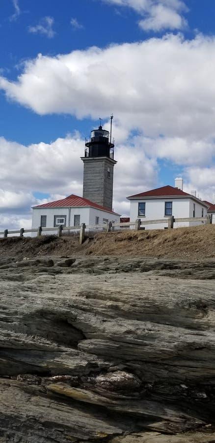 Beavertail灯塔在詹姆斯敦沿海地带海洋 免版税库存图片