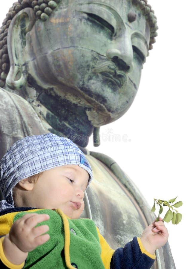 Bebé abaixo de grande Buddah; Kamakura, Japão fotografia de stock