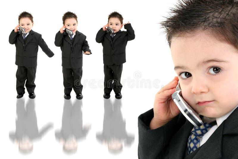 Bebé adorável no terno no telemóvel imagem de stock