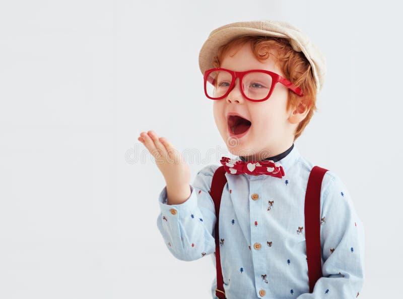Bebé adorable del niño del pelirrojo que sopla un beso imagenes de archivo
