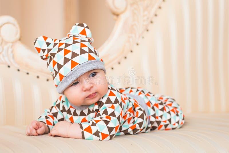 Bebé adorable en dormitorio soleado Niño recién nacido que se relaja imágenes de archivo libres de regalías
