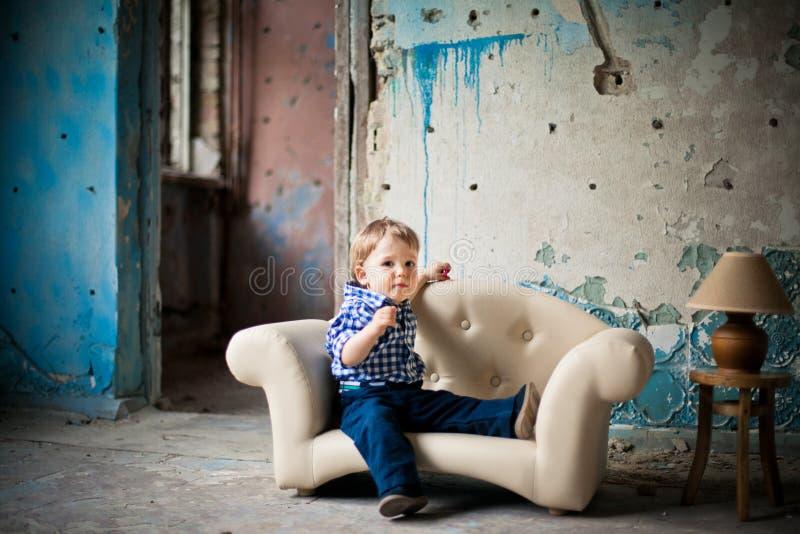 Bebé adorable en la silla fotos de archivo libres de regalías