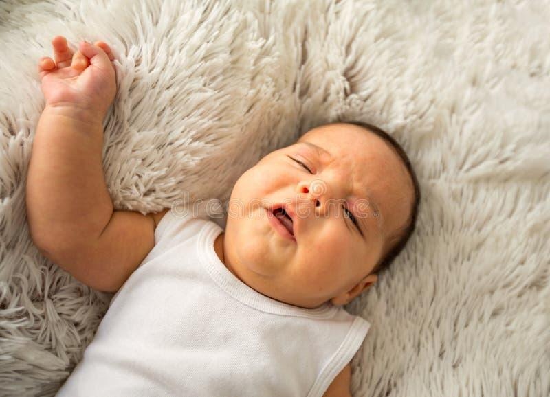 Bebé adorable Niño recién nacido que se relaja en cama Familia en el país imagen de archivo