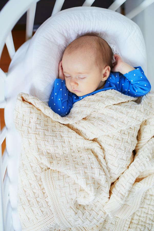 Bebé adorable que duerme en el pesebre fotografía de archivo