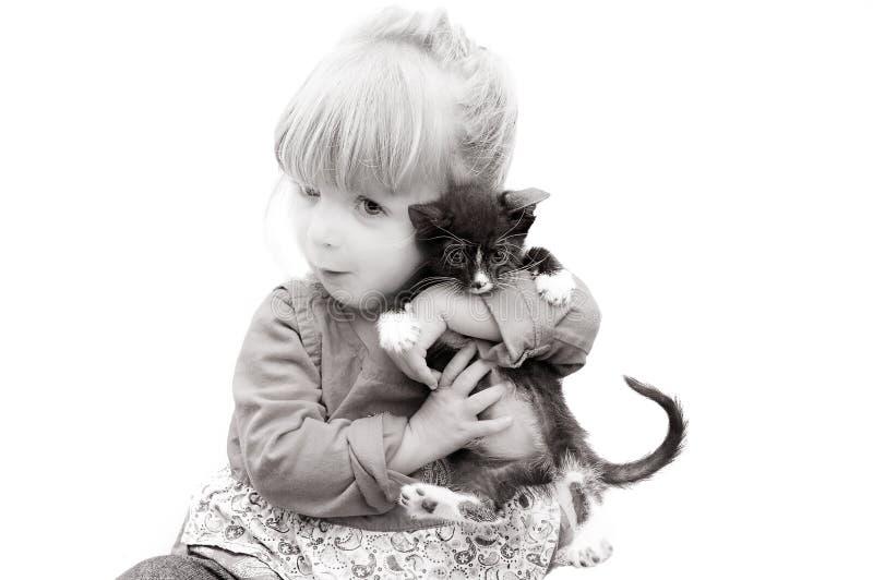 Bebé adorable y un gatito fotos de archivo libres de regalías