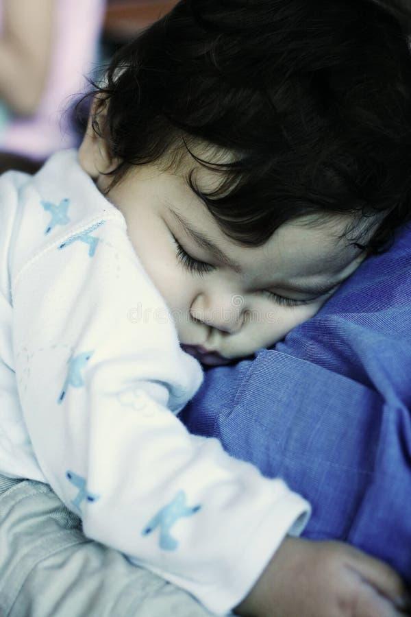 Bebé adormecido na caixa do paizinho imagens de stock