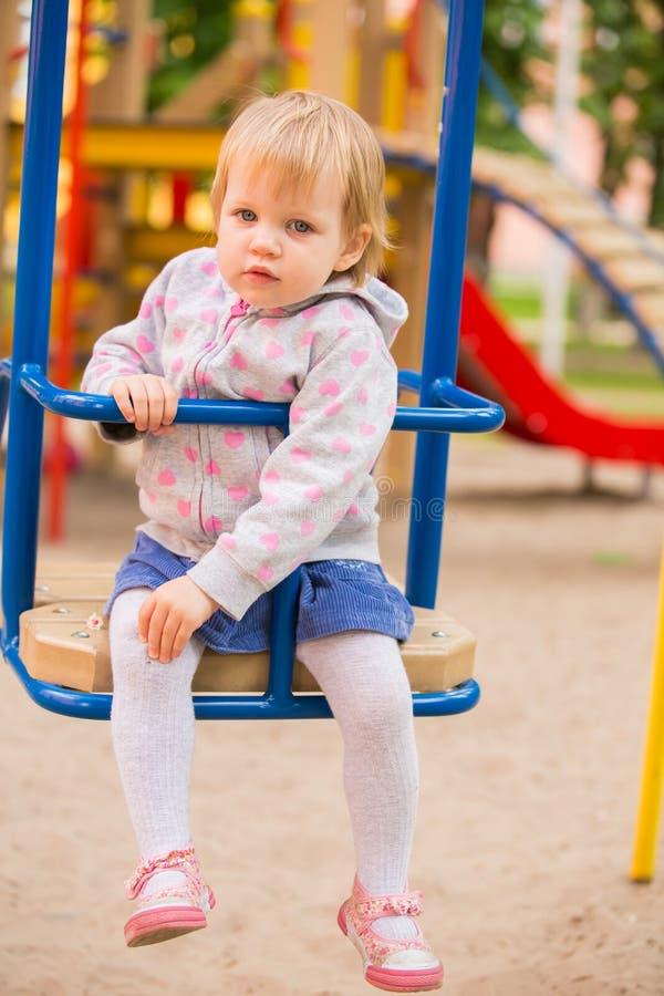 Bebé alegre adorable joven que juega en parque fotos de archivo libres de regalías