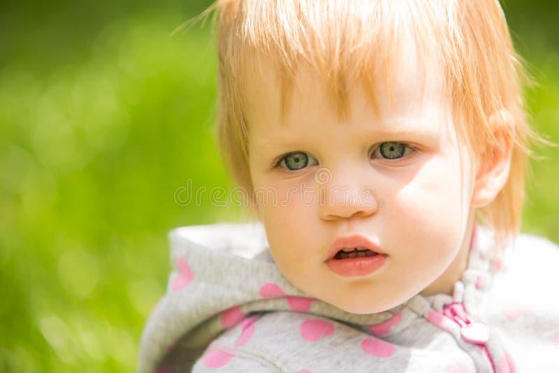 Bebé alegre adorable joven que juega en parque imágenes de archivo libres de regalías