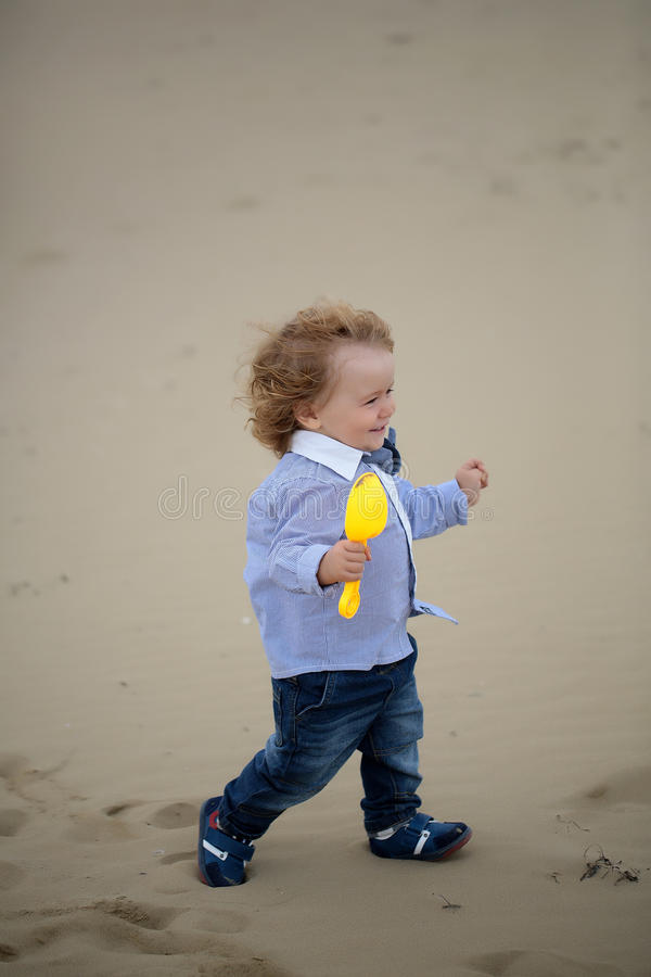Bebé alegre en la playa foto de archivo