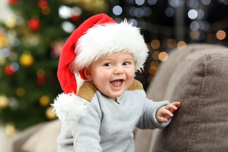 Bebé alegre que mira la cámara en la Navidad fotografía de archivo libre de regalías