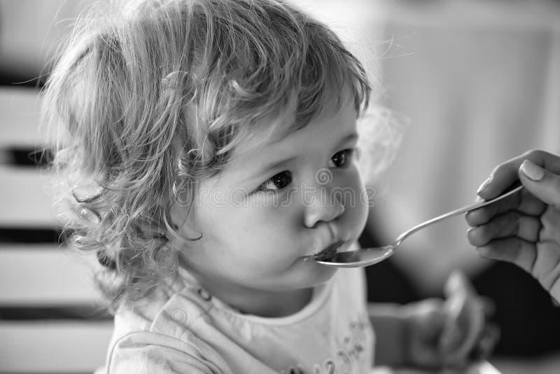 Bebé alimentado con la cuchara foto de archivo