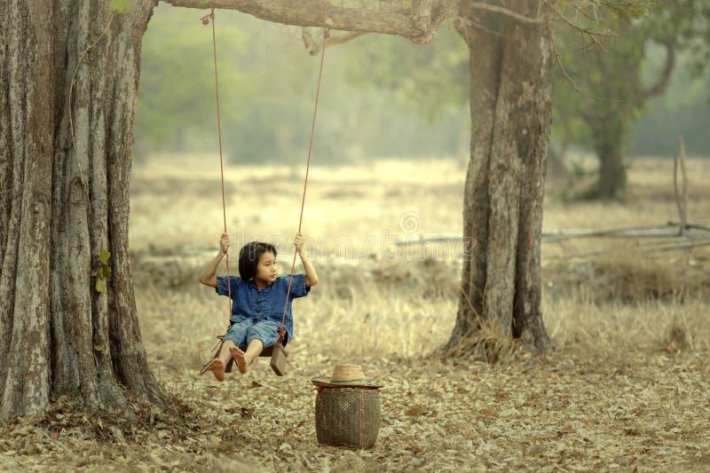 Bebé asiático en el oscilación, Sakonnakhon, Tailandia imagen de archivo
