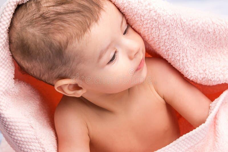 Bebé bajo la toalla imagen de archivo