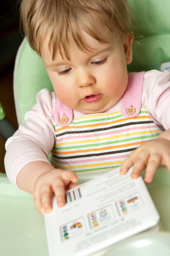 Bebé bonito com livro imagens de stock royalty free