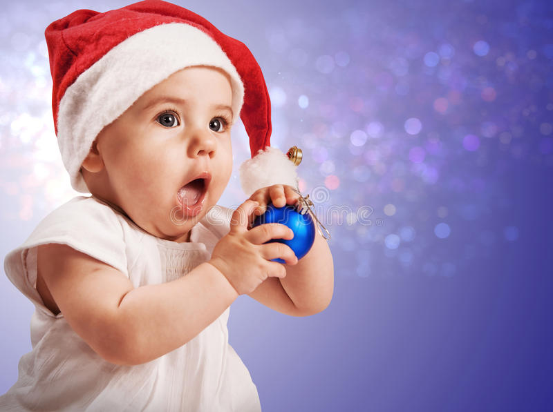 Bebé bonito en sombrero de la Navidad imagenes de archivo
