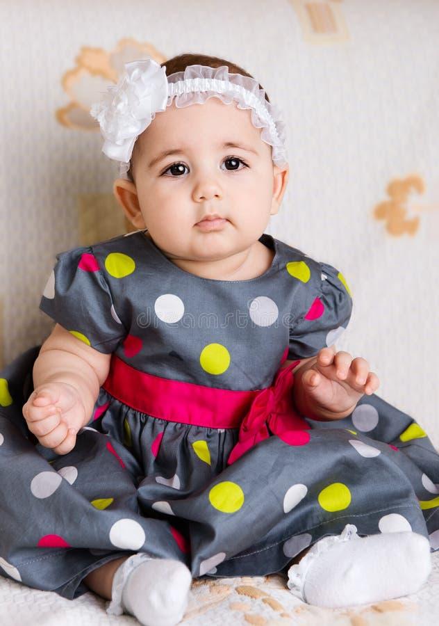 Bebé bonito no vestido pontilhado imagem de stock