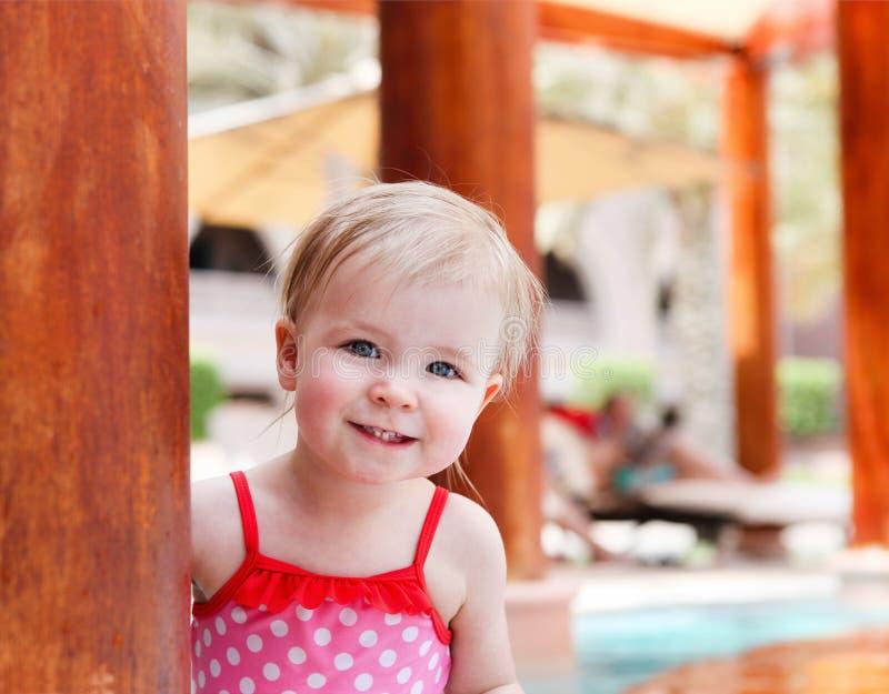 Bebé bonito pequeno na piscina fotos de stock