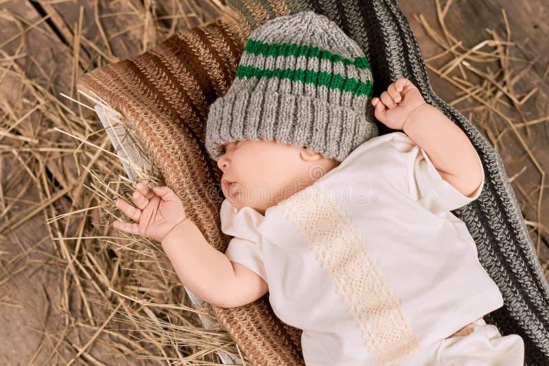 Bebé, bufanda y sombrero lindos foto de archivo